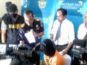 Tersangka Mohammad Noh Bin Abdul Salam asal Singapura diamankan petugas KPPBC TMP Ngurah Rai, Bali - foto: Suyanto/Koranjuri.com