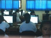 Pelaksanaan Ujian Nasional Berbasis Komputer (UNBK) di SMKN 2 Denpasar - foto: Wahyu Siswadi/Koranjuri.com