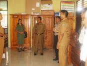 Wakil Bupati Rote Ndao, Jonas C. Lun saat memantau pelaksanaan Ujian Nasional - foto: Isak Doris Faot/Koranjuri.com