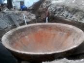 Wajan raksasa kuno yang ditemukan saat menggali pondasi - foto: Sujono/Koranjuri.com