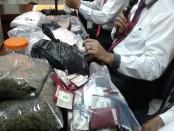 Sebanyak 3 kilogram Ab-fubinaca disita Direktorat Reserse Narkoba Polda Bali di wilayah Kerobokan, Badung, Bali. Ab-fubinaca disebut-sebut sebagai narkotika jenis baru mirip ganja yang berasal dari negara Brasil - foto: Suyanto/Koranjuri.com