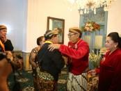 Sinuhun PB XIII Hangabehi bersama permaisuri Kanjeng Ratu Pakubuwanan, memberikan gelar kepada Bupati Rote Ndao, Leonard Haning dan Istri, Paulina Haning - foto: ist/Koranjuri.com