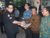 Ketua KPU Pusat, Husni Kamil Manik memberikan penghargaan kepada KPU se-Kabupaten/Kota di Bali - foto: Wahyu Siswadi/Koranjuri.com