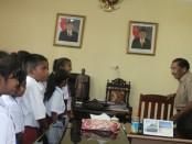 Sejumlah siswa Sekolah Dasar bertemu dan berdialog dengan Bupati Rote Ndao, Leonard Haning. Mereka diterima bupati di ruang kerjanya - foto: Isak Doris Faot/Koranjuri.com