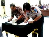 Penandatanganan MoU antara Kapolres Purworejo AKBP Th Arsida Septiana dengan Kepala Dindikbudpora Drs Muh Wuryanto, MM tentang Pencegahan dan Penanganan Balap Liar di Mapolres Purworejo, Sabtu, 28 Mei 2016 - foto: Sujono/Koranjuri.com