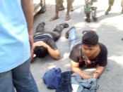 Polisi membubarkan massa dan menangkap anggota ormas yang kedapatan membawa sajam di luar PN Denpasar, Kamis, 26 Mei 2016 – foto: ist