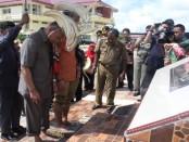 Dirjen Kementerian Perimbangan Keuangan RI, Budiarso Teguh Widodo, menapakkan kakinya untuk dibuat prasasti - Isak Doris Faot/Koranjuri.com