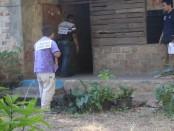 Rekonstruksi kasus penembakan Kepala Desa Lidor di Kabupaten Rote Ndao, NTT. Korban tewas ditembak orang tak dikenal ketika sedang berada di rekannya sesama pejabat desa - foto: Isak Doris Faot/Koranjuri.com