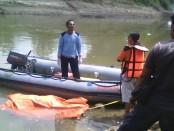 tim gabungan yang terdiri dari Bakorlak Emergency SAR UNS Solo dan SAR MTA Surakarta, melakukan penyisiran di alur sungai Bengawan Solo - foto: ist/Koranjuri.com