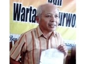 Sunar, keluarga pasien yang komplain dengan pelayanan RSUD Purworejo - foto: Sujono/Koranjuri.com