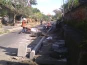 Proyek Peningkatan jalan dan pembangunan trotoar Blahkiuh-Kedampal milik PT Adi Murti - foto: Wahyu Siswadi/Koranjuri.com
