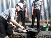 Peletakan batu pertama oleh Kapolres Purworejo AKBP Satrio Wibowo, SIK dalam pembangunan gudang satlantas Polres Purworejo, Jum'at, 17 Juni 2016 - foto: Sujono/Koranjuri.com