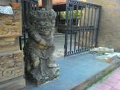Patung Gopala di depan Banjar Pekandelan Sanur yang terkena jalur proyek - foto: Alit/Koranjuri.com
