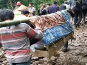 Evakuasi jenazah korban tanah longsor di Desa Gumelem Kulon, Kecamatan Susukan, Kabupaten Banjarnegara - foto: Istimewa