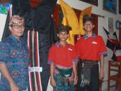 Gebyar Budaya di SMP PGRI 2 Denpasar dalam memperingati Hari Saraswati. Salah satu kegiatan tersebut adalah membuat layang-layang jumbo - foto: Koranjuri.com