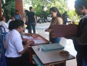 Verifikasi data yang dilakukan calon siswa baru di SMA Negeri 2 Denpasar - foto: Wahyu Siswadi/Koranjuri.com