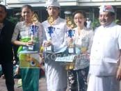 Penyerahan piala dan penghargaan kepada siswa peraih tiga besar NEM tertinggi - foto: Wahyu Siswadi/Koranjuri.com