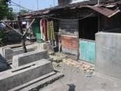 Pemukiman warga di tengah Tempat Pemakaman Umum Tipes, Solo - foto: Koranjuri.com