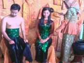 Secara simbolik Tradisi Padusan di Boyolali, Jawa Tengah, dilakukan oleh dua model yang dimandikan - foto: Djoko Judiantoro/Koranjuri.com