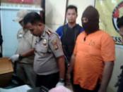 Tersangka MM yang berprofesi sebagai sekuriti dan nyambi sebagai buruh tempel narkoba - foto: Suyanto/Koranjuri.com