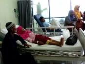 Dua, dari enam siswa SDN Krandegan yang mengalami keracunan nasi kuning, saat dirawat di ruang IGD RSUD Dr. Tjitrowardojo, Kamis (28/7) - foto: Sujono/Koranjuri.com