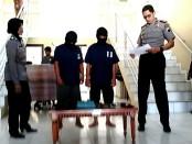 Kedua pelaku spesialis pencurian di rumah kosong, bersama Kapolres Purworejo, AKBP Satrio Wibowo, SIK - foto: Sujono/Koranjuri.com