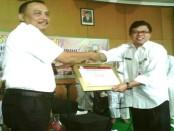 Penyerahan sertifikat akreditasi Paripurna, dari Bupati Purworejo Agus Bastian kepada Direktur RSUD Dr. Tjitrowardojo, drg Gustanul Arifin M Kes, Rabu (27/7) - foto: Sujono/Koranjuri.com