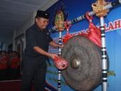 Pemukulan gong menandai pembukaan masa Pengenalan Lingkungan Sekolah (PLS) di SMK PGRI 3 Denpasar - foto: Wahyu Siswadi/Koranjuri,com
