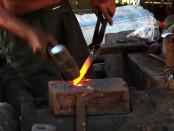 Proses tempa yang dilakukan pada pembuatan keris. Proses ini membutuhkan puluhan ribu kali penempaan sampai semua material besi tersampur dengan sempurna - foto: Koranjuri.com