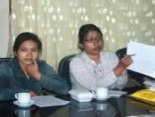 Komang Suryati (kiri), ibu korban didampingi LBH Bali bertemu dengan Ketua Komisi IV DPRD Provinsi Bali, I Nyoman Parta - Jumat, 12 Agustus 2016 - foto: Koranjuri.com