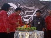 Pemotongan tumpeng ucapan syukur di HUT ke-51 SMA Negeri 1 Denpasar - foto: Koranjuri.com