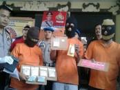 Tiga tersangka, satu diantaranya seorang perempuan Ratu Ekstasi berinisial AR (57) yang menjadi bandar besar pemilik 984 butir ekstasi - foto: Suyanto/Koranjuri.com