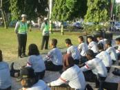 Unit Dikyasa Satlantas Polres Purworejo saat memberikan penyuluhan di depan anggota paskibra, Jum'at (12/8), sebagai salah satu bentuk kegiatan 'Pagi Sumeh' - foto: Sujono/Koranjuri.com