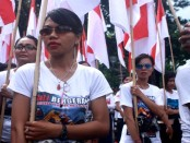 Massa dari Pasubayan Desa Adat mengusung bendera Merah Putih melakukan kirab long march sejauh 11 km menuju Pulau Serangan, Denpasar, Minggu, 25 September 2016 - foto: Wahyu Siswadi/Koranjuri.com