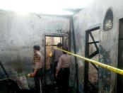 Petugas tengah memeriksa puing-puing kebakaran sebuah rumah di Kuta, Jumat, 02 September 2016 - foto: Istimewa