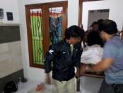 Petugas mengangkat jenasah Jonathan M. Lesitona yang ditemukan tewas di kamar kos, Jumat, 02 September 2016 - foto: Istimewa