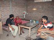 Sodimejo yang disebut-sebut sebagai manusia tertua di dunia ini masih mampu melakukan aktifitas mencabut rumput - foto: Djoko Judiantoro/Koranjuri.com