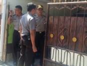 Petugas polisi berada di TKP rumah korban di jalan Gunung Rinjani IV, No. 43 E, Denpasar - foto: Istimewa