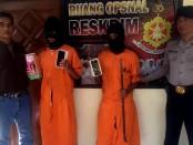 Dua pencuri ponsel, MA (16) dan AR (21) asal Lombok Timur yang digelandang di Polsel Denpasar Barat - foto: Istimewa