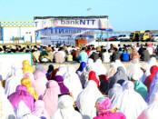 Ratusan umat muslim kota Ba'a dan sekitarnya melaksanakan Sholat Idul Adha 1430 H bersama,di Pelabuhan Ba'a kelurahan Namodale, Minggu 12 September 2016  - foto: Isak Doris Faot/Koranjuri.com