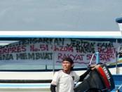 Warga yang menolak reklamasi menggelar aksi unjuk rasa di tengah laut di perairan Teluk Benoa, 15 Agustus 2014 – foto: Koranjuri.com
