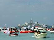Warga kontra reklamasi menggelar aksi di perairan Teluk Benoa, 15 Agustus 2016 - foto: Koranjuri.com