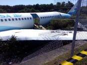 Pesawat yang diceritakan sebagai Airbus rute Australia-Denpasar yang digunakan untuk latihan penanganan kecelakaan pesawat di Bandara Ngurah Rai Bali, 18 Oktober 2016 - Foto: Istimewa