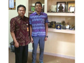 Kepala SMA Negeri 1 Denpasar, Drs. I Nyoman Purnajaya, M.PD bersama siswa peraih prestasi terbanyak di SMA Negeri 1 Denpasar dipecahkan oleh siswa bernama Gede Anom Artha Tenaya foto: Istimewa