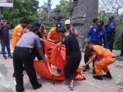 Petugas Balwista Kabupaten Badung bersama warga tengah mengevakuasi mayat laki-laki yang ditemukan mengambang di tengah laut yang berjarak 3 km dari bibir pantai Padang-padang, Sabtu, 22 Oktober 2016 - foto: Istimewa