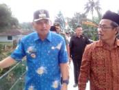Bupati Purworejo Agus Bastian didampingi Kepala Desa Tanhkisan, Muhamad Taufik, saat meninjau jembatan usai peresmian, Kamis (13/10) – foto: Sujono/Koranjuri.com