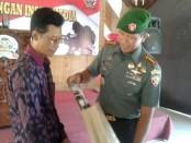 Komandan Korem 163/Wirasatya, Kolonel Inf. I Nyoman Cantiasa bersama ketua PWI Bali, Dwikora Putra, Senin, 17 Oktober 2016 - foto: Suyanto