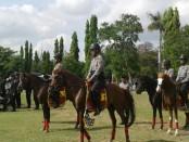Gelar pasukan jajaran Polda Bali di lapangan Puputan Niti Mandala Renon, Denpasar, menjelang pelaksanaan Sidang Umum Interpol di Nusa Dua Bali - foto: Suyanto