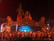 Tari Kecak menjadi salah satu atraksi budaya di pembukaan Pesona Nusa Dua Fiesta 2016. Selain atraksi budaya, pembukaan NDF 2016 juga dimeriahkan beberapa musisi Tanah Air seperti Yovi & Nuno maupun Isyana Saraswati - foto: Wahyu Siswadi/Koranjuri.com
