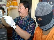 Kasat Res Polresta Denpasar, Kompol I Gede Ganefo bersama tersangka FH, Jumat, 4 November 2016 - foto: Suyanto